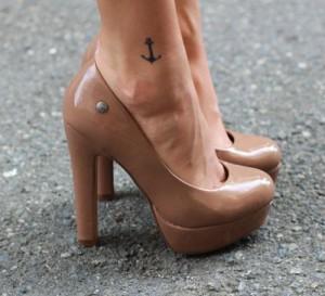 Tatuaje ancla en pie